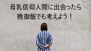 壁の前にたつ女性